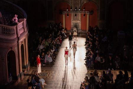 В Академии Штиглица прошел модный показ премии «Новые имена в моде – 2021»